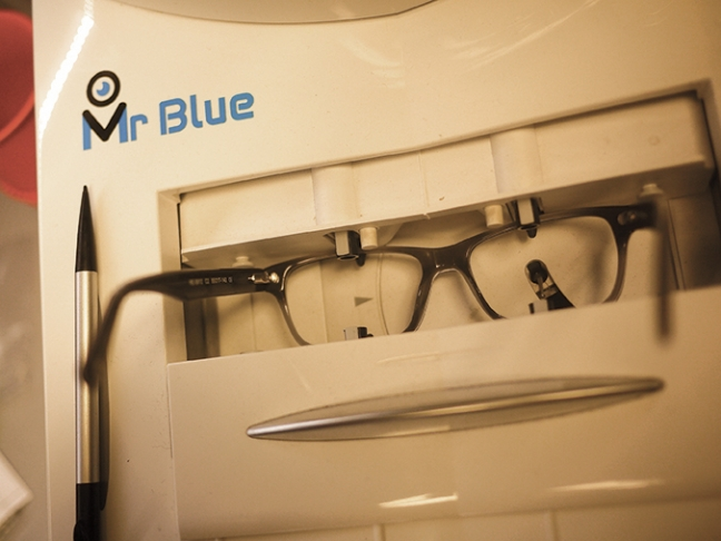 frame-scanning-with-essilor-mr-blue